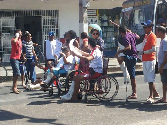 Em protesto, pacientes do HE fecham cruzamento no Centro de Macapá