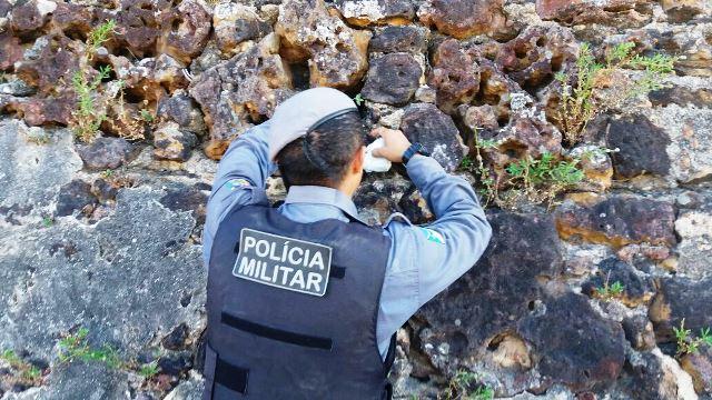 Traficantes escondem drogas na muralha da Fortaleza