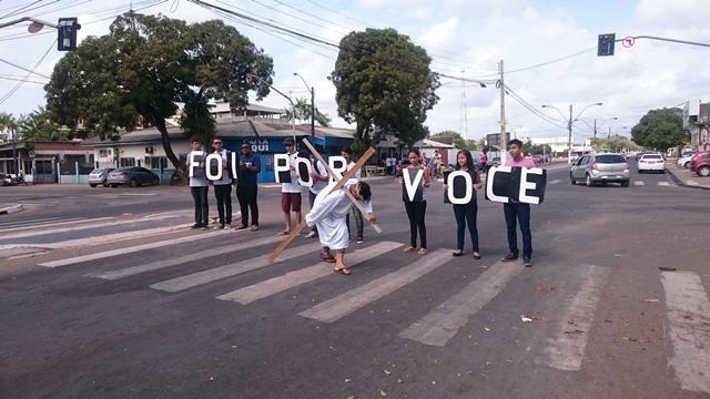 Jovens usam teatro de rua para evangelizar