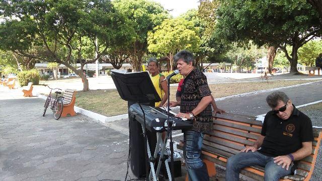 De Beatles a Wanderley Andradre, músico faz shows gratuitos em praça