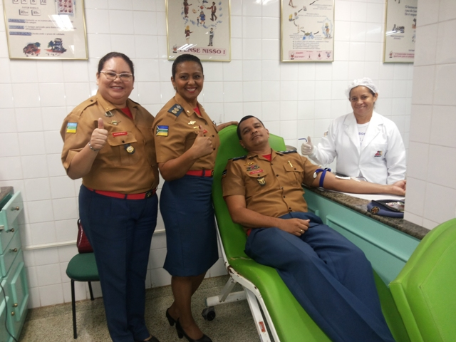 Bombeiros dão exemplo e doam sangue