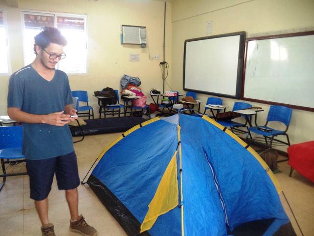 Em Oiapoque, universitários acampam em salas de aula