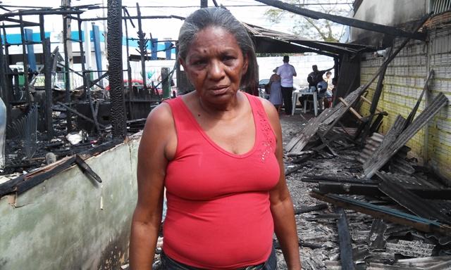 Dona Naíra mostra escombros após incêndio