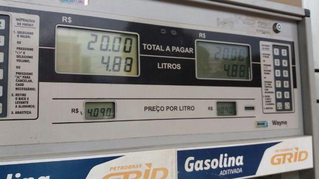 Postos começam a cobrar gasolina a R$4