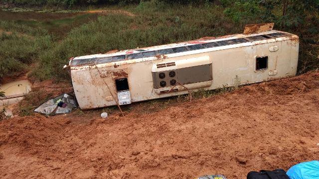 Ônibus desliza e cai em ribanceira na BR-156