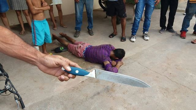 Vítima escapa de facada e assaltante é linchado
