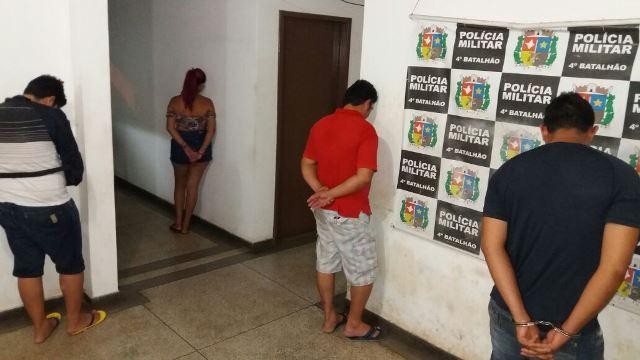 Casal suspeito leva à apreensão de drogas e pistola furtada de PM