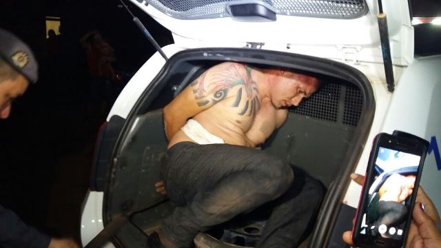 Populares lutam contra bandidos e impedem furto de moto