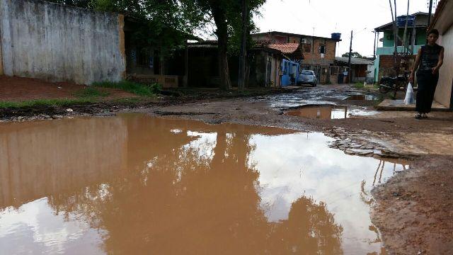 Quando chove, rua vira lagoa