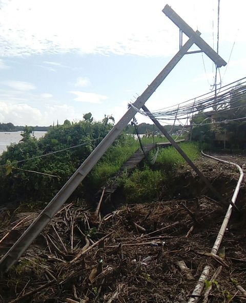 Moradores aguardam há 5 dias providências sobre casas que desabaram