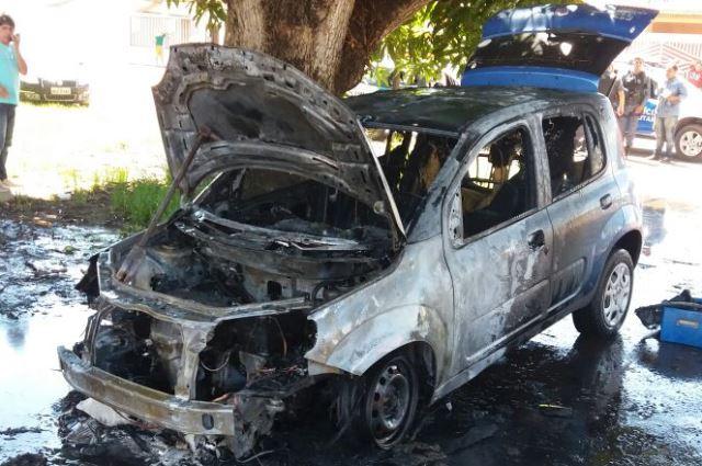 Motorista escapa de carro em chamas