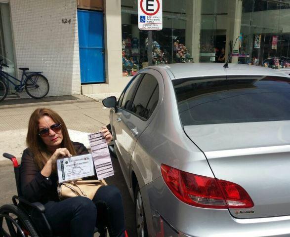 Cadeirante é multada por estacionar em vaga para deficiente