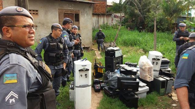 PM encontra casa abarrotada de objetos furtados de escola
