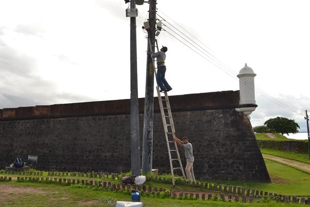 Lâmpadas que acendem com energia solar são instaladas no Parque do Forte