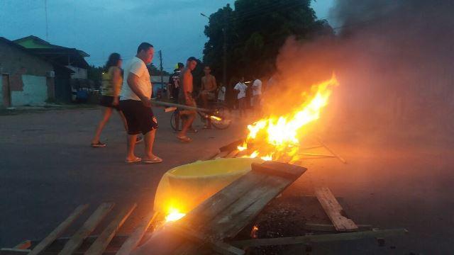 Em protesto contra abandono de avenida, moradores fazem bloqueio
