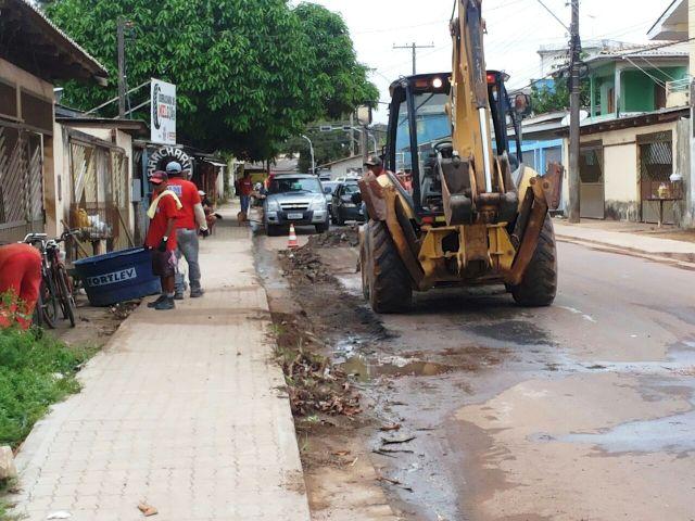 Esgoto de apenas uma casa destrói asfalto em rua recém pavimentada