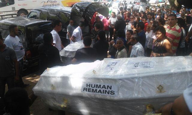 Família que morreu no Maranhão é sepultada com aplausos