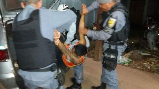 Bêbado e de abadá, foragido pede para ser preso