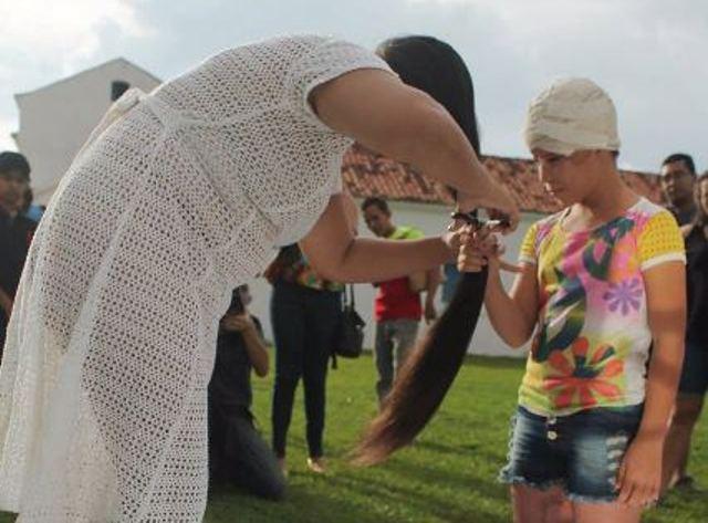 Artista doa cabelo para menina escalpelada