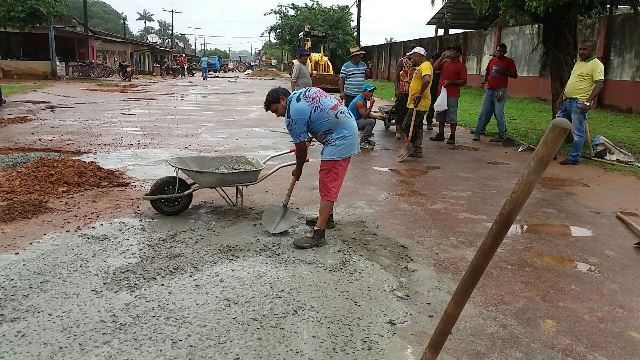 Equipes usam concreto para conter buraqueira em Oiapoque