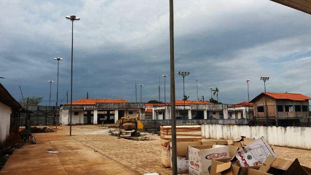 Atraso em pagamento emperra obra na praça de Oiapoque