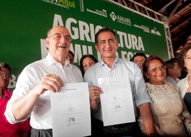 Ministro entrega equipamentos para produtores rurais e anuncia investimentos