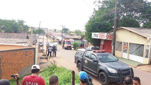 Bandido morre em troca de tiros com a PM, e comparsa faz 13 reféns