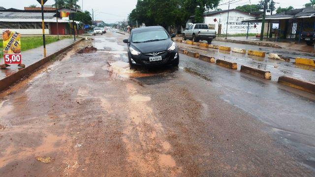 Chuva aumenta a buraqueira no Centro de Santana