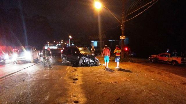 Carro em fuga atinge picape na Duca Serra