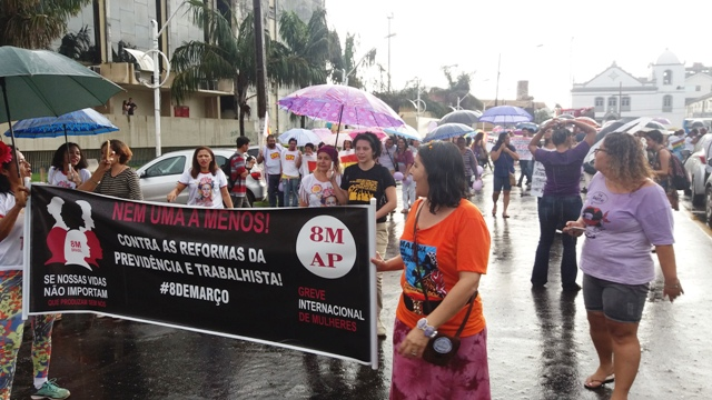 Em marcha, mulheres pedem mais direitos e greve geral