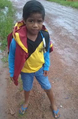 Alunos caminham mais de 2 km na lama para apanhar o ônibus escolar