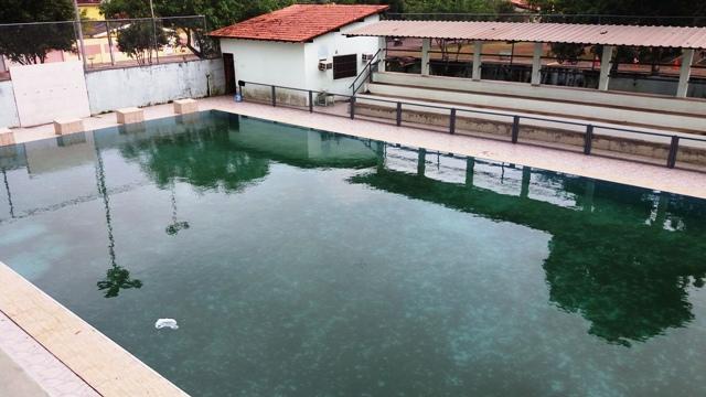 Água parada na piscina da Chico Noé preocupa vizinhança