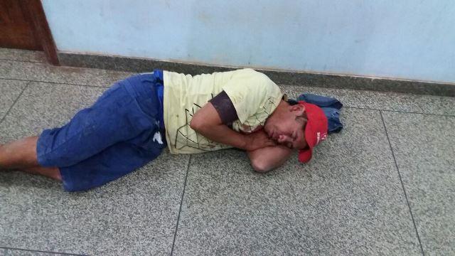 Ladrão dorme no chão da delegacia