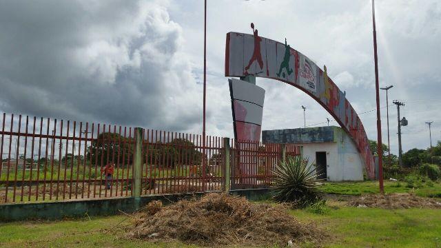 Abandonada, Vila Olímpica passa por capina