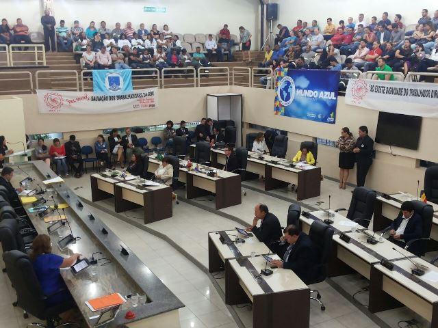 Deputados começam a analisar PEC que permite absorção de servidores da CEA