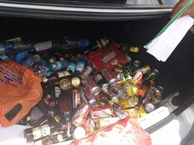 Bebidas apreendidas são descartadas em aterro sanitário