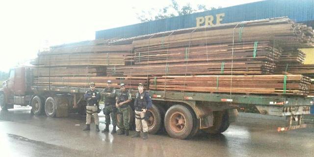 PRF apreende madeira ilegal na BR-210