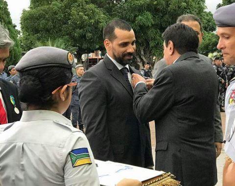 Delegado da Polícia Civil é condecorado na fronteira