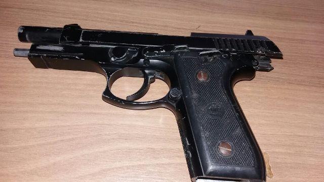Dupla tenta assaltar posto com arma falsa e é linchada