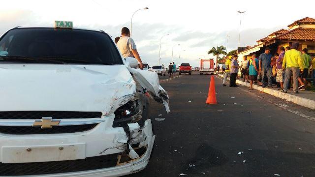 Motociclista na contramão colide com táxi
