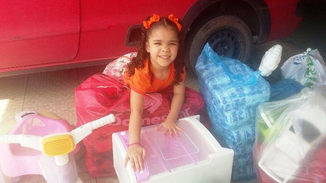 Aniversariante de 5 anos entrega presentes para crianças em abrigo