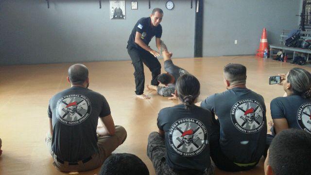 Policiais aprendem técnicas de três artes marciais