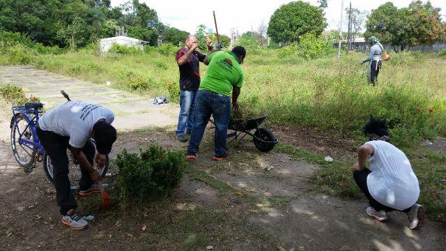 Abandonada, Praça da Vila Amazonas recebe mutirão de moradores