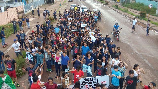Estudantes marcham contra a violência em Santana