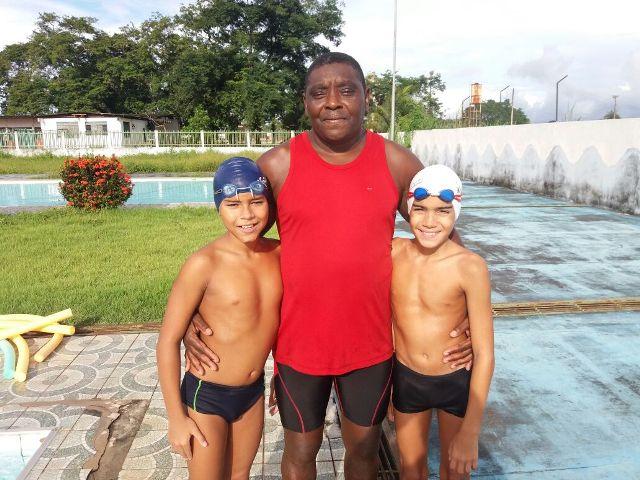 Nadadores mirins embarcam para competir em Belém
