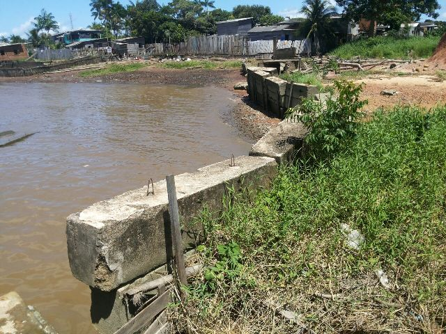 Abandonada, obra do muro de arrimo é saqueada no Aturiá