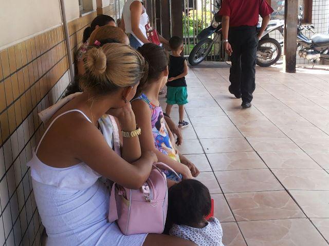 Com filas reduzidas, pais ainda reclamam da demora de atendimento no PAI