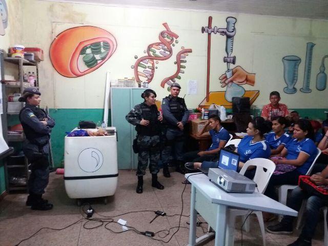 Escola com histórico de problemas com drogas recebe palestra de policiais