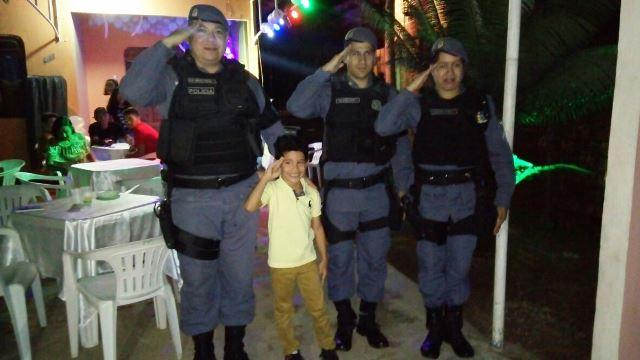 Policiais fazem surpresa para menino que sonha em ser PM