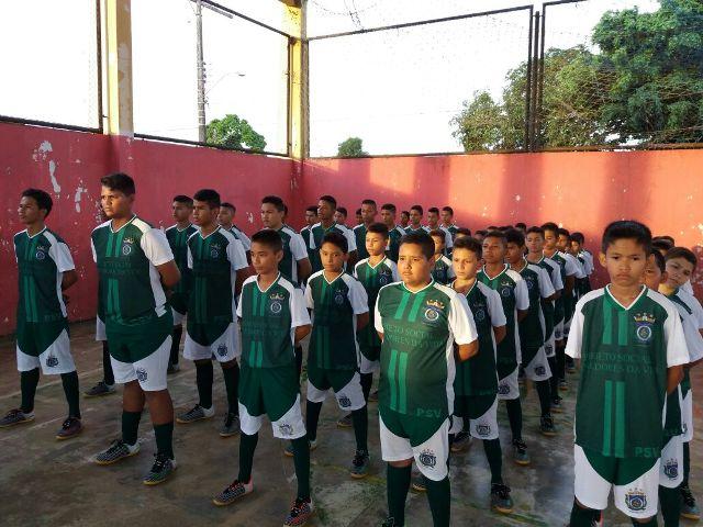 Com doação, PMs compram uniformes para crianças de projeto social